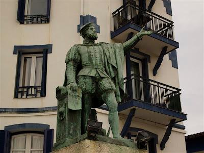 Estatua de Juan Sebastián Elcano junto al Puerto de Getaria