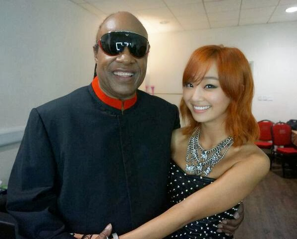 Hyorin takes a photo with Stevie Wonder to commemorate their performance |  Daily K Pop News