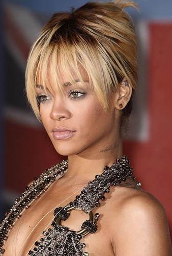 Rihanna koyu kumral üzerine yaptırmış olduğu sarı röfleli saçlarını bu defa salaş ancak yüksek bir topuz modeli yaptırmıştır. Bombeli kahküllerinin gözlerine düşmesi de onun daha çarpıcı bir görünüm elde etmesine yardımcı olmuştur.