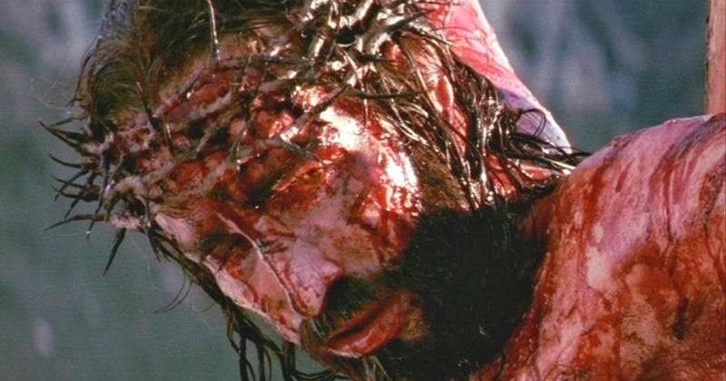 Resultado de imagem para A crucificação começa: a Jesus é oferecido vinho com mirra, uma mistura para aliviar a dor. Jesus se recusa a beber. Simão é ordenado a colocar a barra no chão e Jesus é rapidamente jogado de costas, com Seus ombros contra a madeira. Os soldados procuram a depressão entre os ossos de Seus pulso. Ele dirige um pesado,