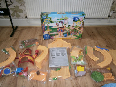 whats in the box of the large jungle junction playset from flair all the contents