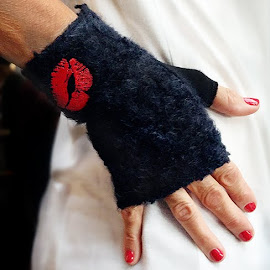 Kiss fingerless gloves from Gloved Chicago