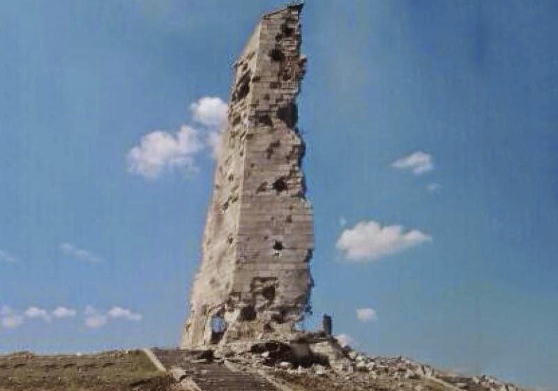 В результате ожесточенных боев за высоту Саур-Могила пострадал памятник советским воинам.