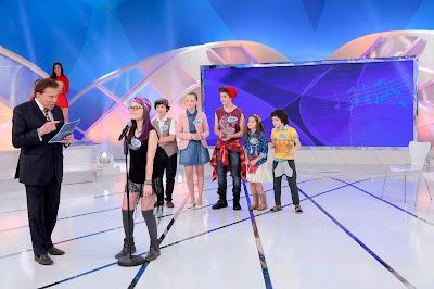 Silvio, Larissa no microfone, Fhelipe, Giovanna, João, Duda e Kevin (Crédito: Lourival Ribeiro/SBT)
