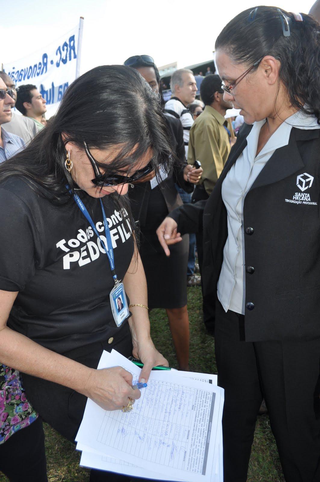 Marta Lança assinando o abaixo assinado Contra a PL122 concluimos em 1 Milhão