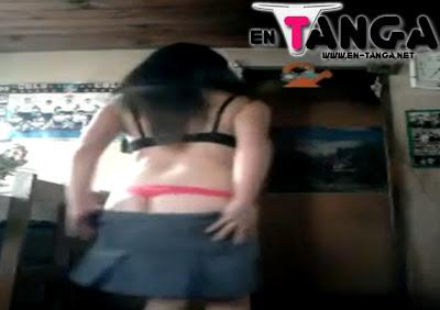 Nena vestida de colegiala bailando para su novio (Video)