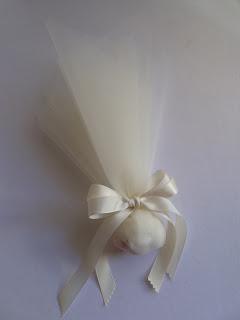 Mpomponiera touli - gkro kai saten kordeles ivoire