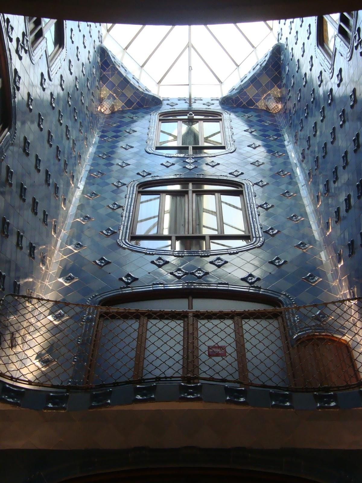 Paseos art nouveau int rieur de la casa batll cage d for Art nouveau interieur