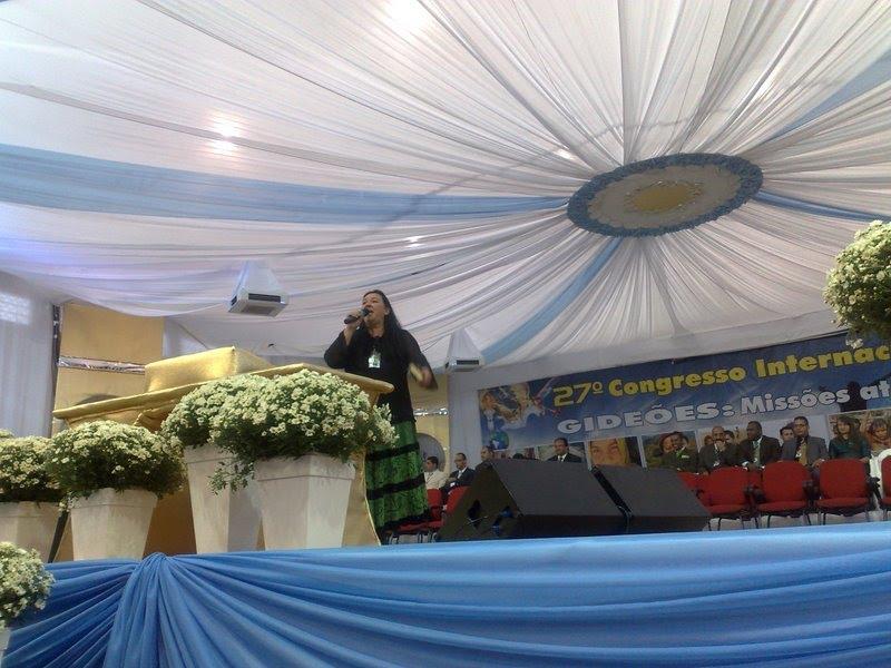 Cantora Berenice Braun, participando dos Gideões Missionários da Ultima Hora/ Camburiu-SC