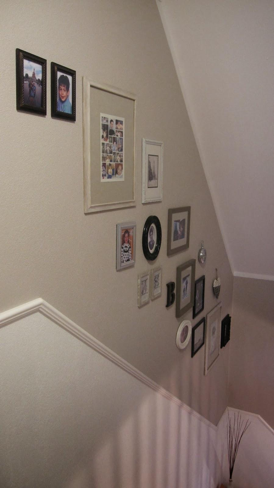 kleines gelbes haus wandgalerie im treppenhaus. Black Bedroom Furniture Sets. Home Design Ideas