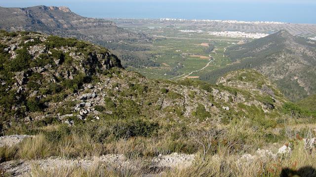Vistes a la Rondonera, envoltada del Penyal de Ferragut (esquerra) i la Barcella (dreta)
