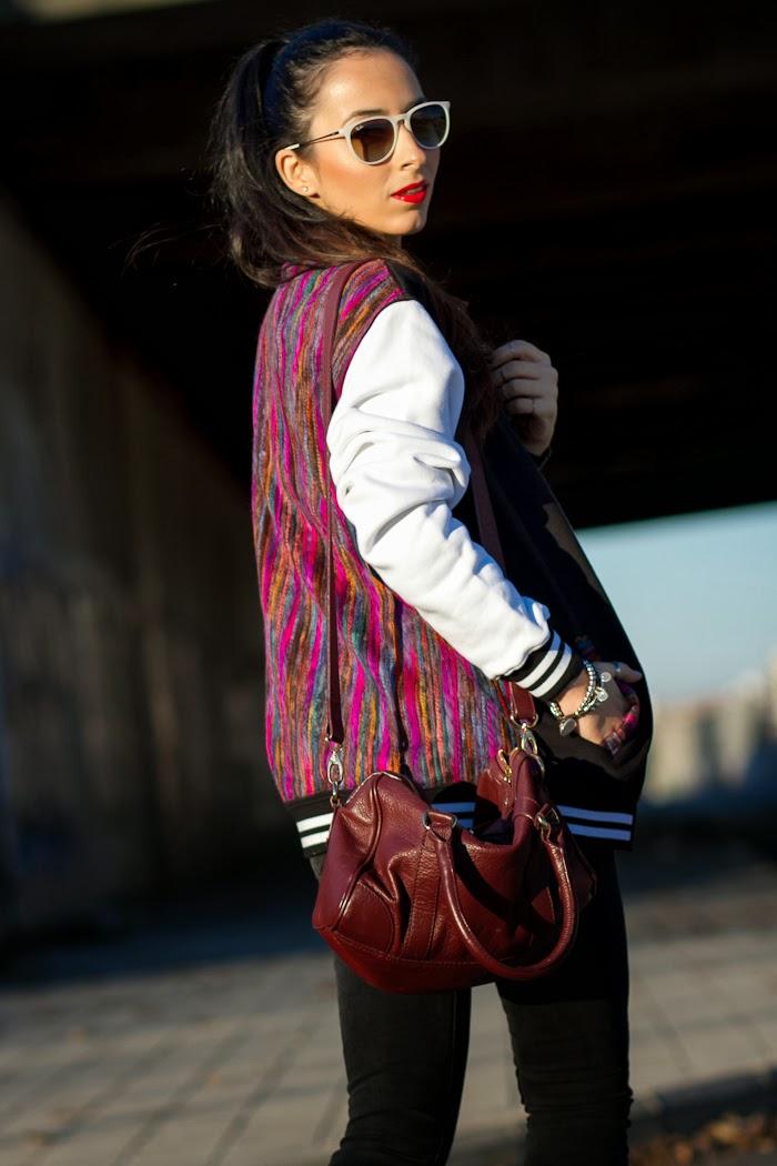 Detalle colores espalda de chaqueta de beisbol bloguera de moda España
