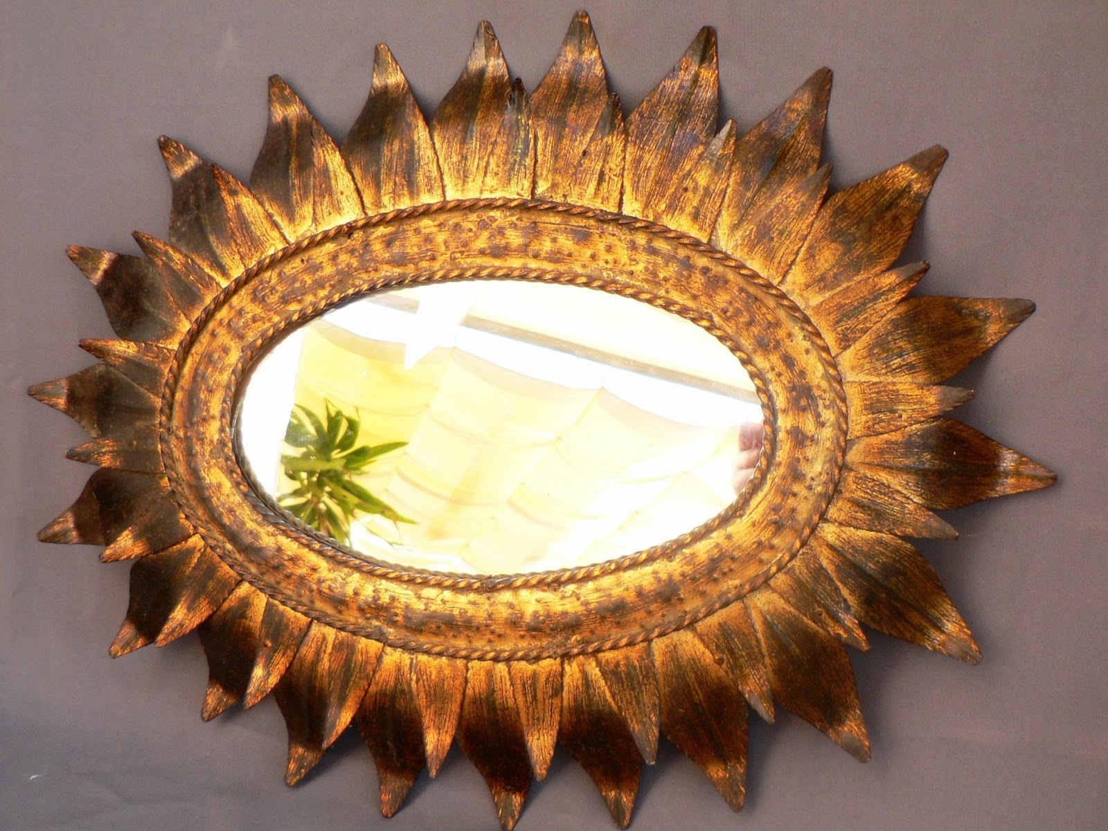 Vintage kitsch siglo xx espejo metalico dorado patinado for Espejo ovalado dorado
