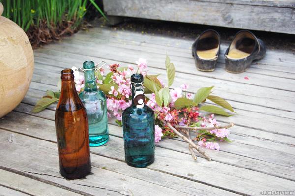 aliciasivert, alicia sivertsson, bottle, bottles, cherry blossom, flowers, flower, shoes, flaska, flaskor, glasflaska, glasflaskor, saftflaska, saftflaskor, körsbär, körsbärsblom, blommor, blomma, blomster, träskor