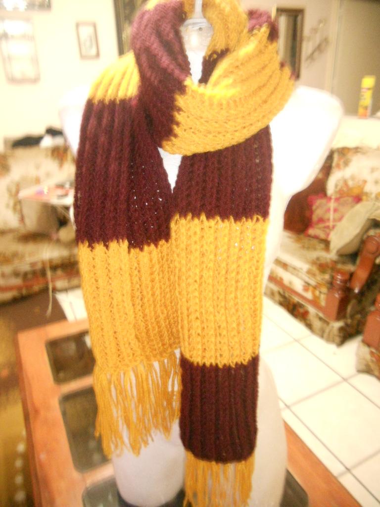 bufanda tipo Harry Potter, al menos con esos colores use estambre semigrueso Preferido con agujas del 6 y la puntada resorte simple osea un derecho y un