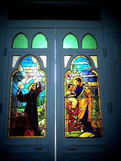 Vitrais coloridos nas portas da Igreja Matriz de São Gabriel.