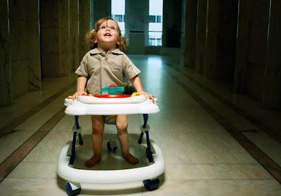 anak berjalan dengan baby walker