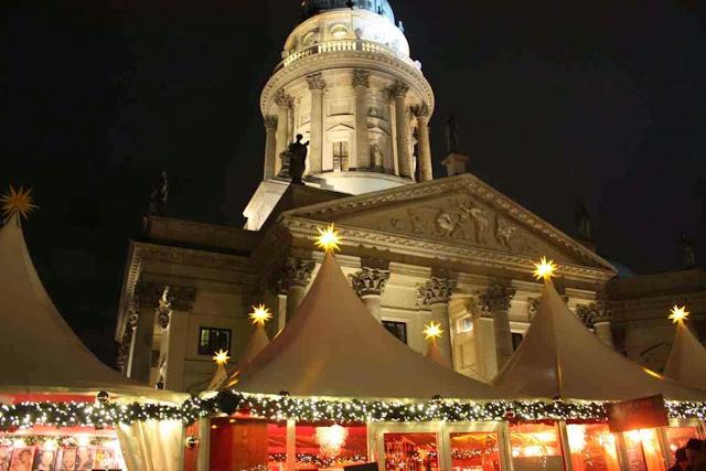 Weihnachtsmarkt am Gendarmenmarkt in Berlin © Copyright Monika Fuchs, TravelWorldOnline