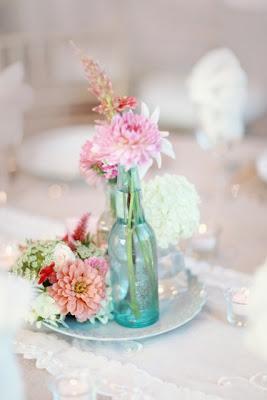 flores en botellas de cristal