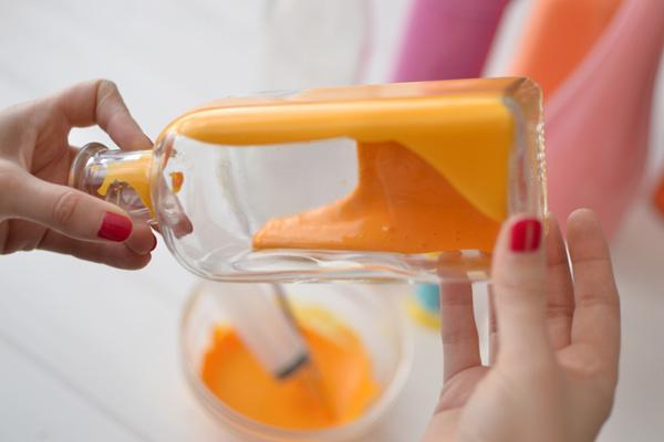 La chica de la casa de caramelo: Cómo hacer jarrones con botellas