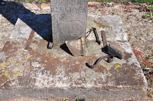 Luta k. Krasnej. Kamienny krzyż - uszkodzone fragmenty u podnóża krzyża. Fot. KW.