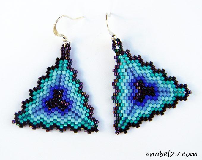 Яркие голубые треугольные