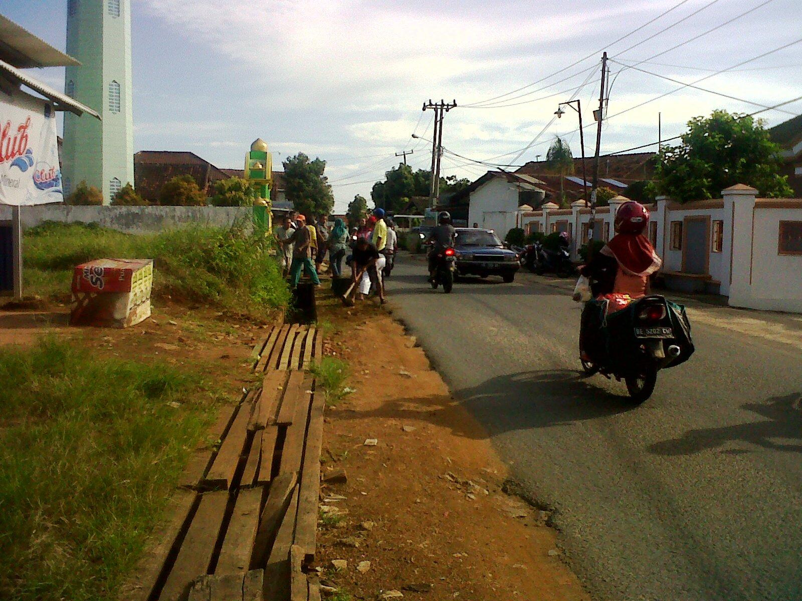 Kerja bhakti Jumat Bersih di Jl. Palapa V