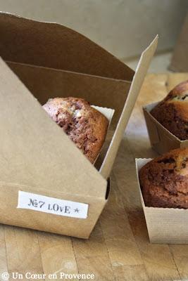 Mini cakes marbrés au chocolat dans une boîte en carton customisée
