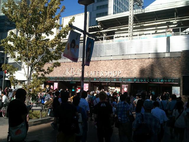 JR秋葉原駅電気街口改札右側を出たところにあるAKB48カフェその1