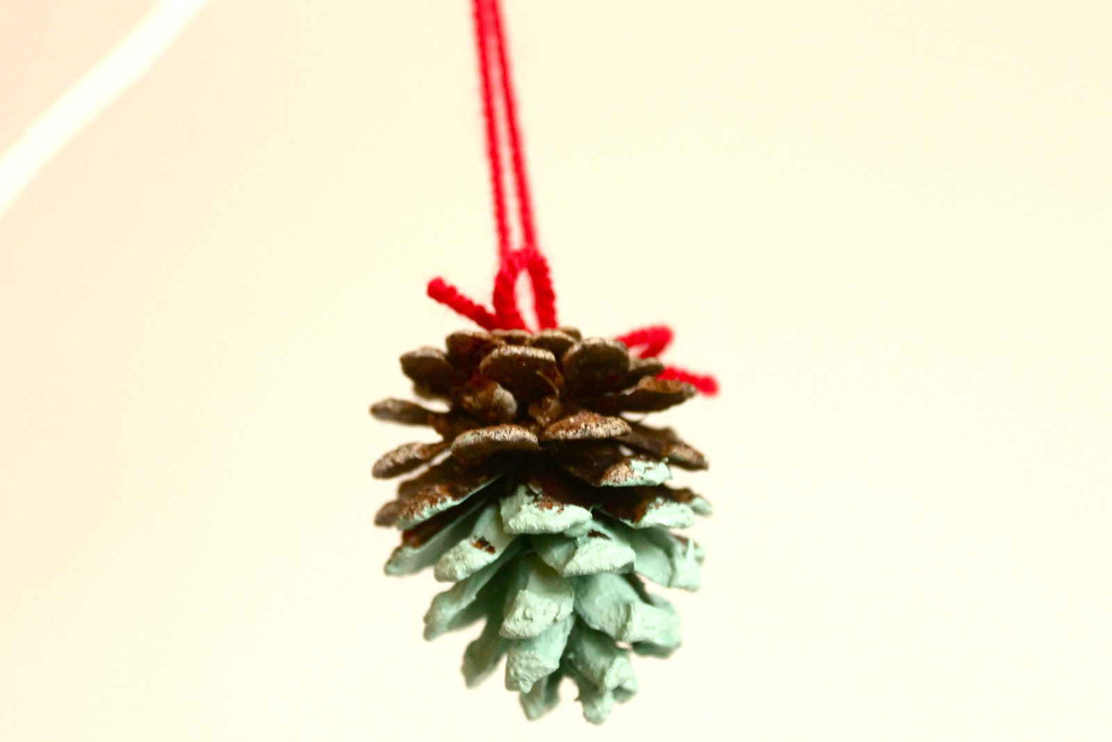 Diy yourself a free christmas tree for Pine cone tree decorations