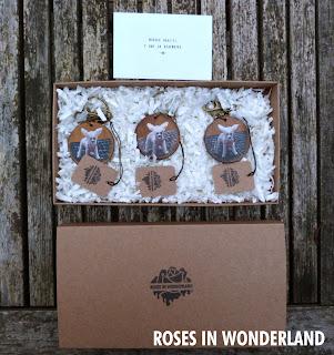imagen de los llaveros en el interior de la caja, la tapa y la tarjeta de agradecimiento