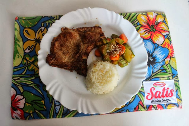 bisteca com molhos satis e legumes no vapor