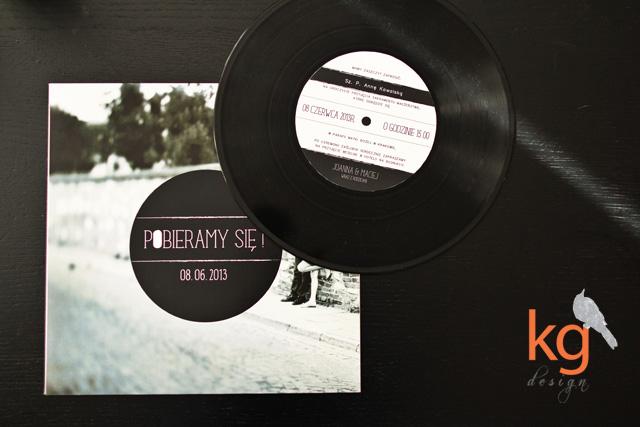 oryginalne, płyta winylowa, gramofon, zaproszenie ze zdjęciem, artystyczne zaproszenia, okrągłe, czarno-białe, lata 80', muzyczne zaproszenie, nietypowe, retro, minimalistyczne, oryginalne, nietypowe, artystyczne, wyjątkowe, niecodzienne, ręcznie robione, motyw muzyczny na weselu, płyta winylowa, płyta gramofonowa, gramofon, muzyka, muzyczne wesele, zaproszenie dla muzyków, lata 80', lata 70', lata 60', zaproszenia ślubne kraków, zaproszenia ślubne Warszawa,