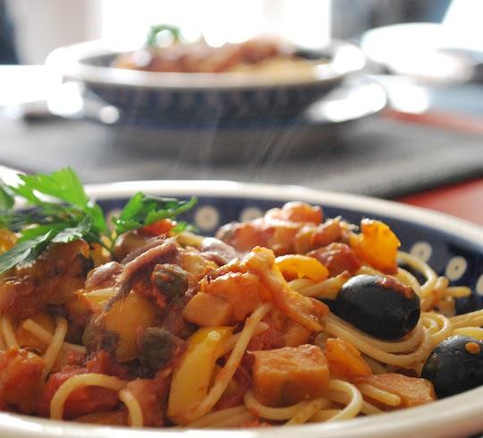 Spaghetti z warzywami i anchois