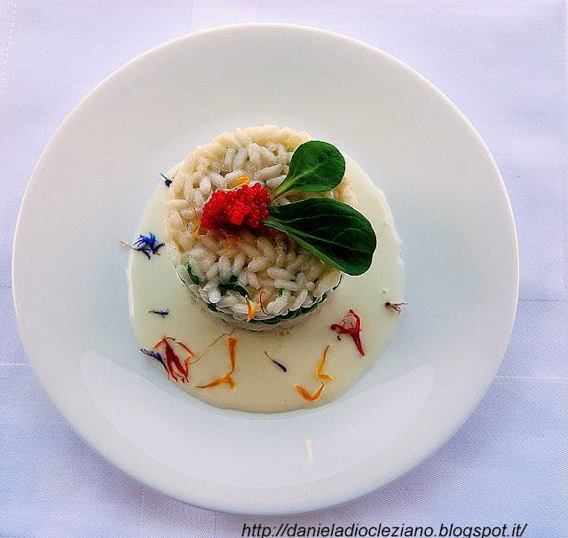 risotto con piselli ,erbe e fiori di campo con fonduta all'asiago