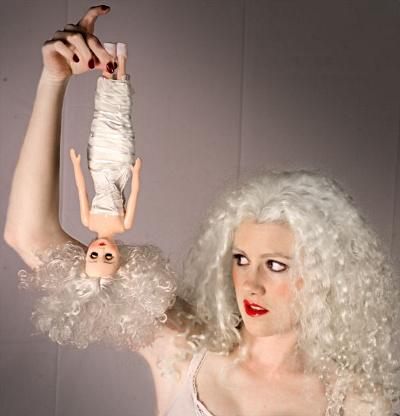 Selvmord in effigie, afbleget Barbie-blondine lader dukke af sig selv falde
