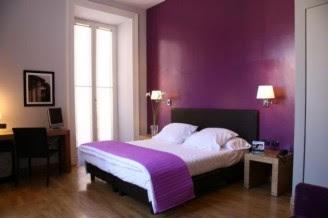Pareti Camera Da Letto Rossa : Camera da letto con il letto rosso e le pareti marroni immagine