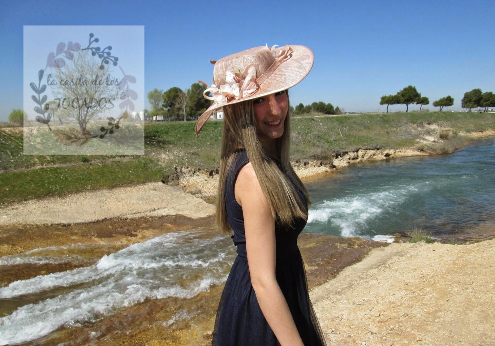 Pamela Perséfone color nude combinada con vestido azul marino.