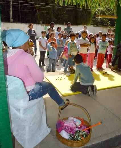 Estudantes encenam trechos do livro que contam sobre a infância de Hudson Fernandes