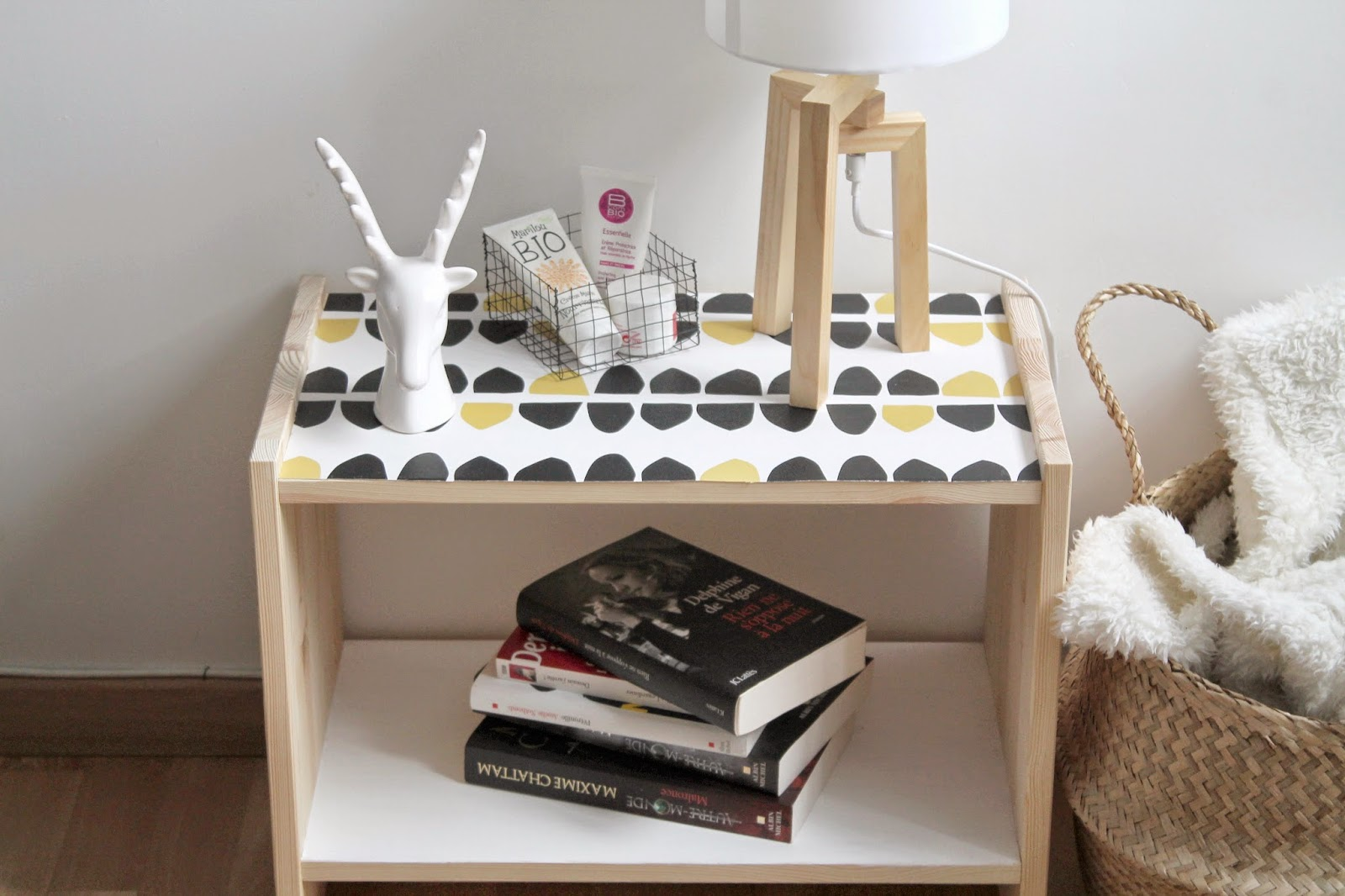 Diy customiser la table de chevet rast le bazar d for Table de chevet noir pas cher