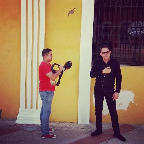 HELIOS MAR filmando tomas para sus próximos vídeos cover.