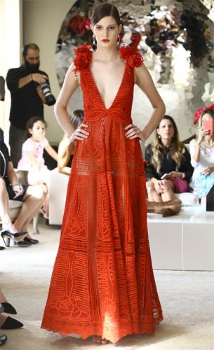 vestido longo vermelho em renda com decote generoso Martha Medeiros verão
