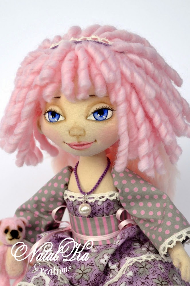 Handgemachte Stoffpuppe von NatalKa Creations. Handmade cloth art doll by NatalKa Creations