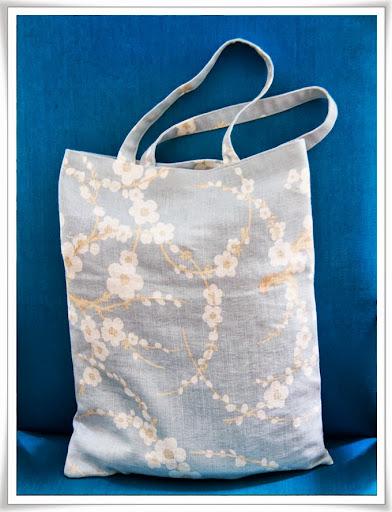 Ljusblå kasse med vita blommor