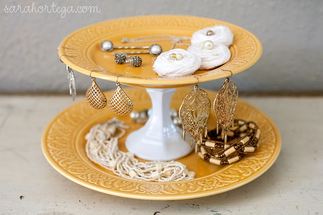 It 39 s written on the wall tutorials diy cake cupcake for Plate cake stand diy