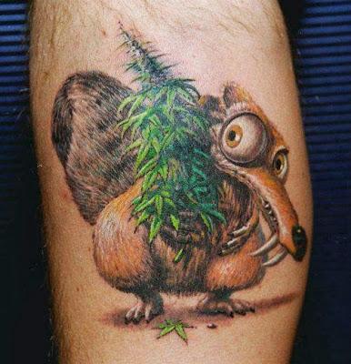 Tatuaje ardilla de La Era de Hielo y marihuana