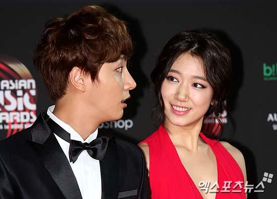Park shin hye dating yoon shi-yoon laughing