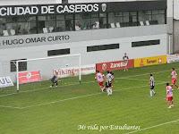 El cabezazo de Giménez va derecho al gol, es el 1 a 1
