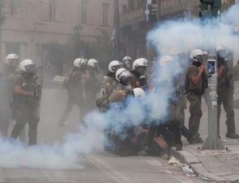 πολλοί μπάτσοι χτυπούν έναν διαδηλωτή