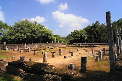 руины трапезной монастыря Михинтале, колонны из песчаника, кирпичные стены, каменное корыто